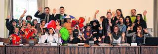 Mit bunten und originellen Kostümen geben die Kinder und Jugendlichen einen Vorgeschmack auf das 26. Schüler-Theater-Festival im Juni. Foto: Dirk Müller