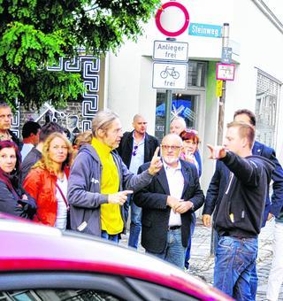 Der CDU Ortsverbandsvorsitzende Kunibert Matheis im Gespräch mit Anwohnern der Altstadt. Foto: J. Lange