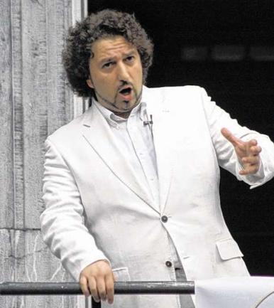 Der bekannte Tenor Christian Lanza, Enkel der weltberühmten Sängers Mario Lanza, gestaltet das Neujahrkonzert gemeinsam mit der Sopranistin Silvia Rampazzo. Foto: Dirk Müller