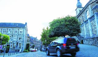 """Auf """"der wertvollsten Straße Stolbergs"""" fahren zu viele Autos viel zu schnell: Für einzelne Fußgänger wie auch für touristische Gruppen sei das Pflaster der schmalen Altstadtstraße lebensgefährlich.Fotos: J. Lange"""