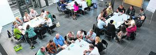 """Neue Sichtweisen: Bei der Kreativitätsmethode """"World Café"""" startet jede Gruppe mit dem Fundus der vorherigen Gruppe am Tisch. Mit der Workshop-Art soll ein neues Konzept für den Tourismus in der Kupferstadt entstehen. Foto: Doris Kinkel-Schlachter"""