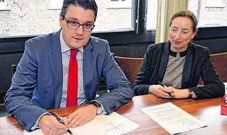 Bürgermeister Tim Grüttemeier und Ursula Schauf-Paschek von der Telekom unterzeichnen den Kooperationsvertrag für schnelles Internet in Werth. Foto: D. Müller