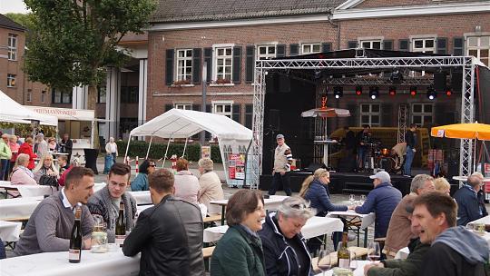 Bühnenprogramm, leckere Speisen und Spielmöglichkeiten sorgten auf dem Kaiserplatz dafür, dass nicht nur Weinfreunde auf ihre Kosten kamen. Foto: M. Polat