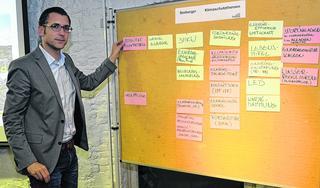 Der Kupferstädter Klimaschutzmanager Georg Trocha hält die Ideen, Themen und Anregungen, die aus dem ersten Stolberger Energiedialog hervorgehen, fest. Foto: D. Müller