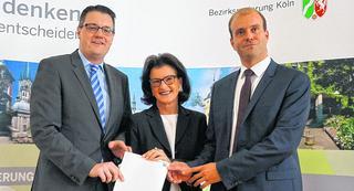 Bürgermeister Dr. Tim Grüttemeier (l.) und der Technische Beigeordnete Tobias Röhm nahmen von Regierungspräsidentin Gisela Walsken den nächsten Förderbescheid entgegen. Foto: Stadt Stolberg