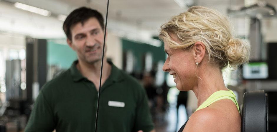 Trainer und Trainierende bein Probetraining