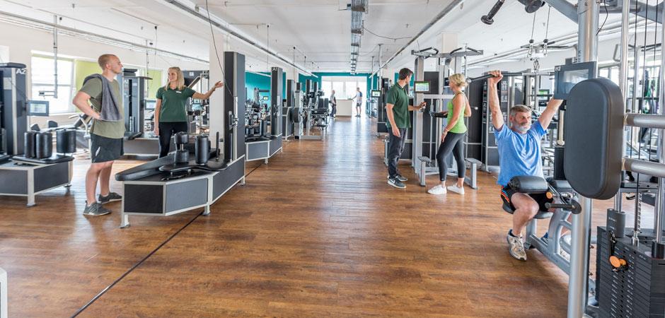 Mehrere Mitglieder, eine Trainerin und ein Trainer auf der Trainingsfläche