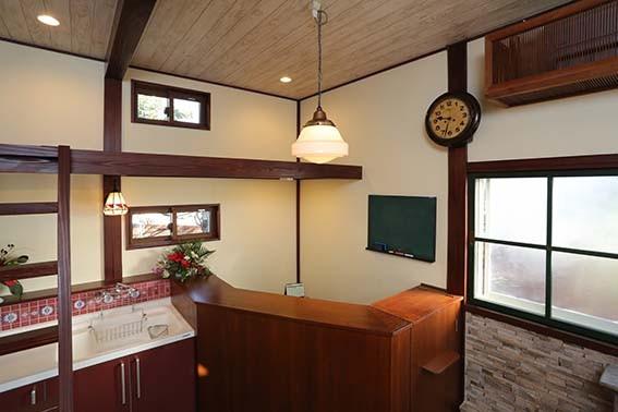 梁や柱。窓枠やロフト・梯子・議事堂で使われていた照明・木製の古時計