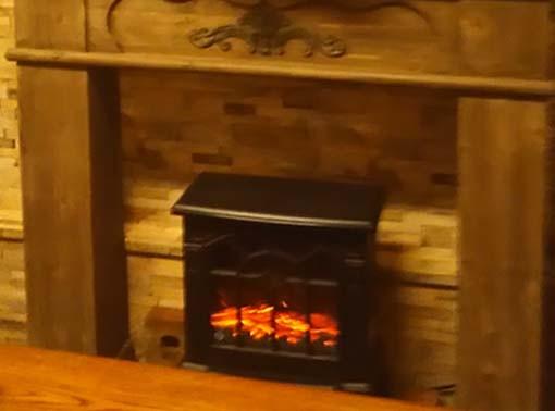 マントルピースの中は、暖かい炎の様子がいつも見られます