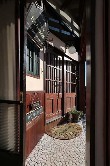 玄関は、たくさんの思いをこめた、藤井サロンの顔です