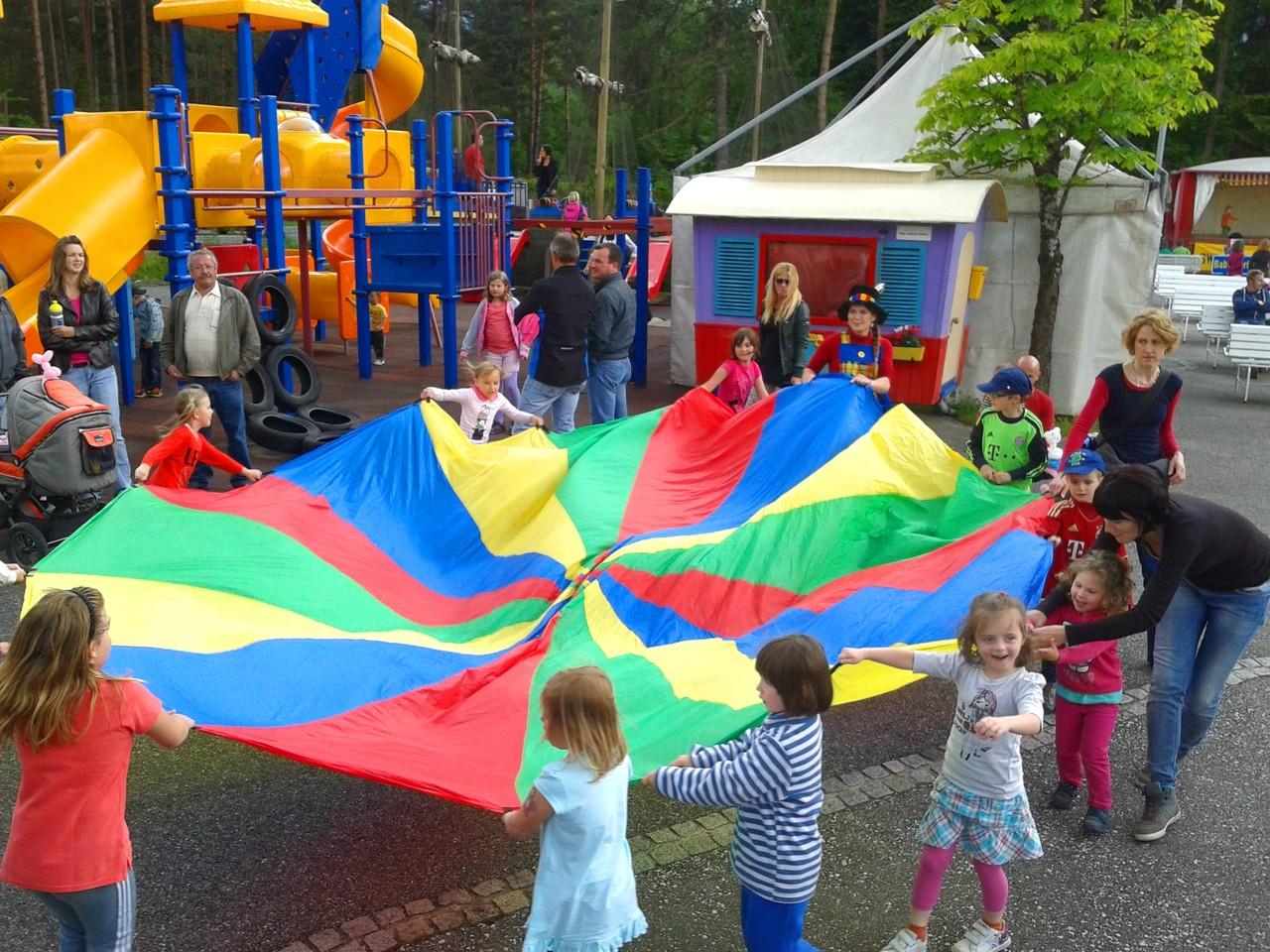 Schwungtuch mit den Kinder Mit-mach-Zirkus