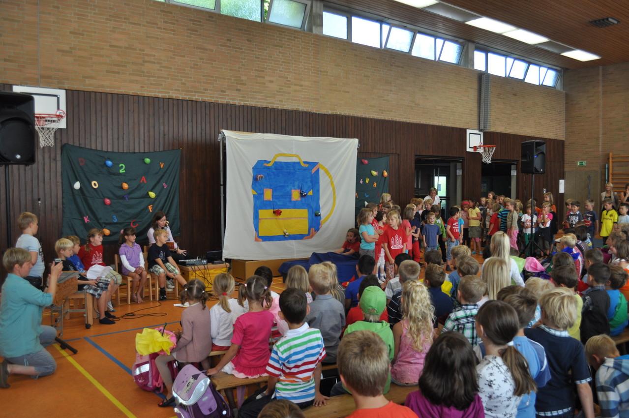 Zur Begrüßung hatten die 2. Klassen ein kleines Singspiel einstudiert.