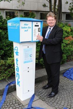 Dr. Arndt Neuhaus, Vorstandsvorsitzender der RWE Deutschland, präsentiert die historische Ladesäule