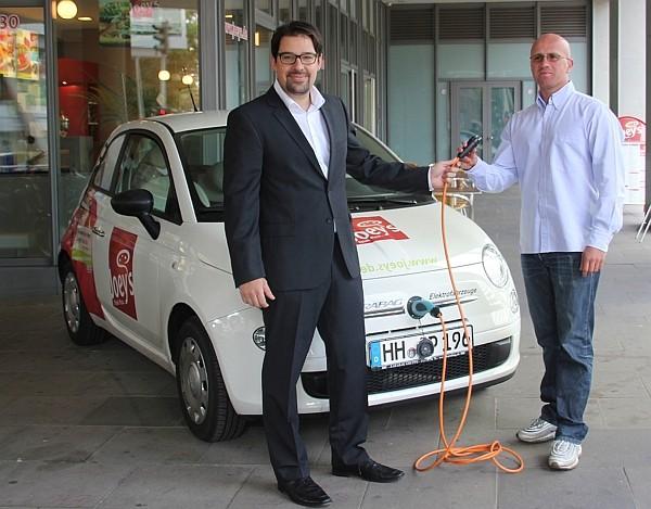 Karabag-Sprecher André Schmidt bei der Fahrzeugübergabe mit Kerami Özcelik
