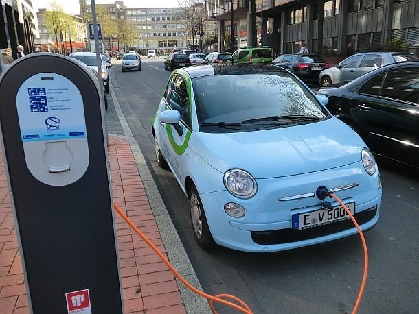 Ladesäule mit Elektroauto