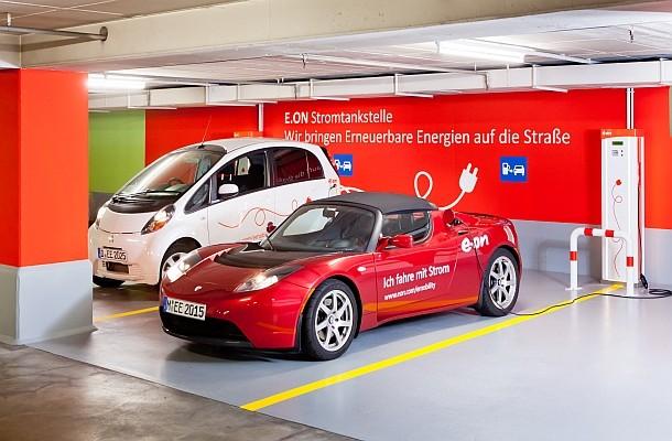 Ein Tesla Roadster und ein Mitsubishi iMiEV laden an den E.ON Stromtankstellen im Parkhaus Elisenhof in München