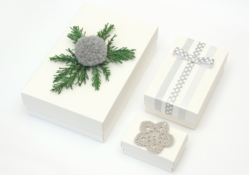 box gift wrapping hygge geschenkeverpacken grau weiss xmas gift gift wrapping crochet masking tape washi tape pompon