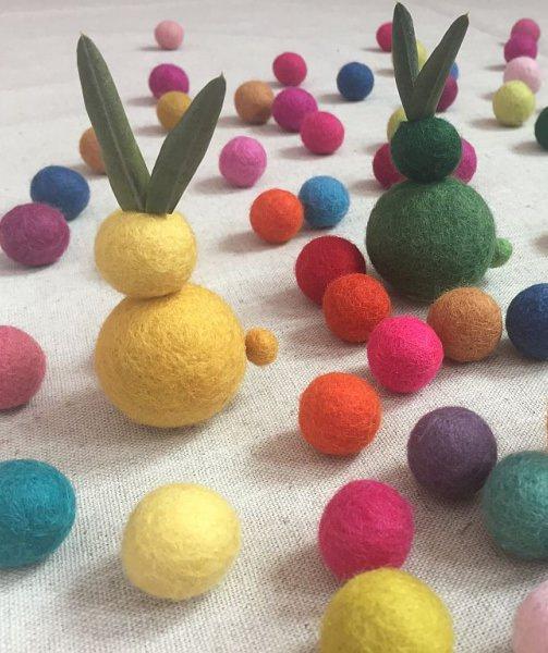 spring inspiration easter eggs felt balls filzkugeln table setting tulips tulpen tischdeko tischdekoration ostereier ostern