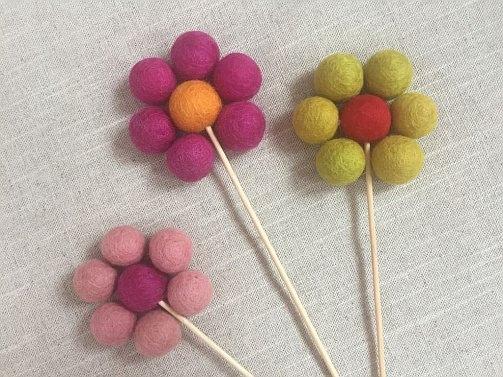 spring inspiration easter eggs felt balls filzkugeln table setting tulips tulpen