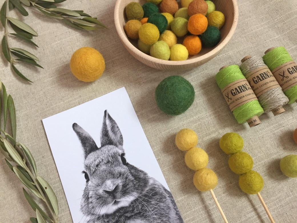 spring inspiration easter eggs bakers twine felt balls filzkugeln table setting garnundmehr bunny hase green yellow tischdecken