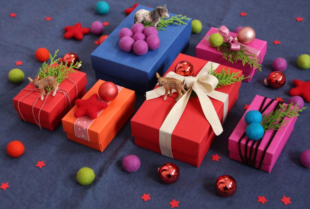 xmas christmas božič prazniki holidays gift wrapping felt balls schleich tiere star zvezda zavijanje daril geschenke verpacken weihnachten pferd reh kugel schachtel buntbox gift box
