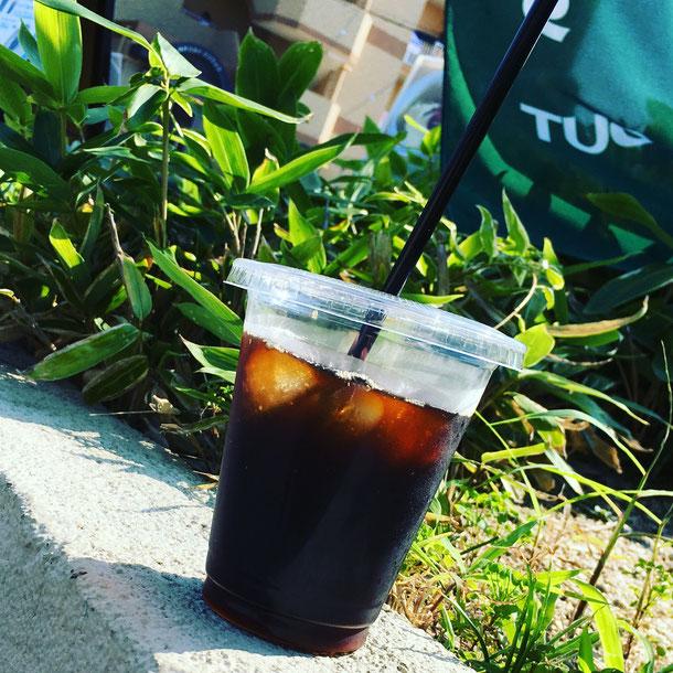 コーヒーはご注文をいただいてから豆を挽いて、丁寧にハンドドリップしています。お待たせすることがありますが、淹れたての美味しいコーヒーとケーキをゆっくりとお楽しみいただけます。カフェスペース6席(ソファー席あり)