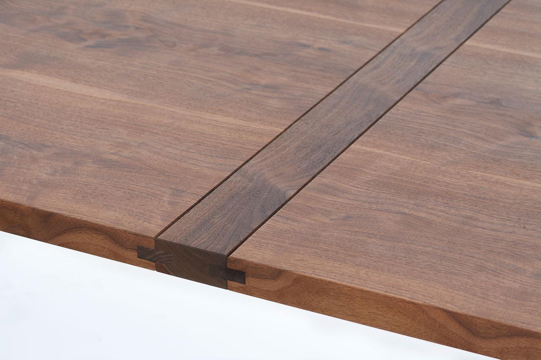 Für jeden Tisch wählt der Schreiner das passende Holz aus und baut es von Hand zusammen.