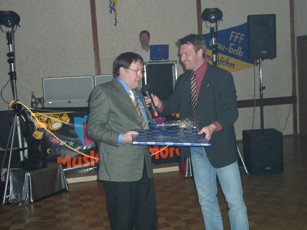 Heinrich Heinenberg überreicht dem 1. Vorsitzenden und jetzigem Ehrenvorsitzenden Wilfried Freese ein Präsent.
