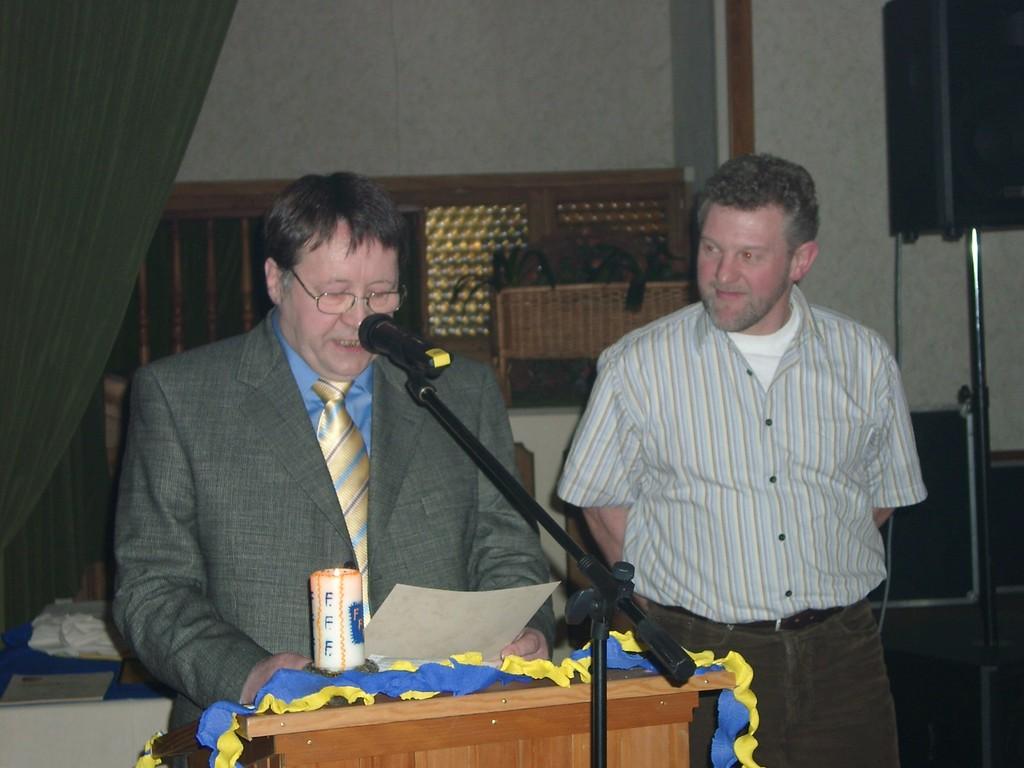 Friedhelm Christians von der Firma Non-Stop aus Victorbur wird zum Ehrenmitglied ernannt.