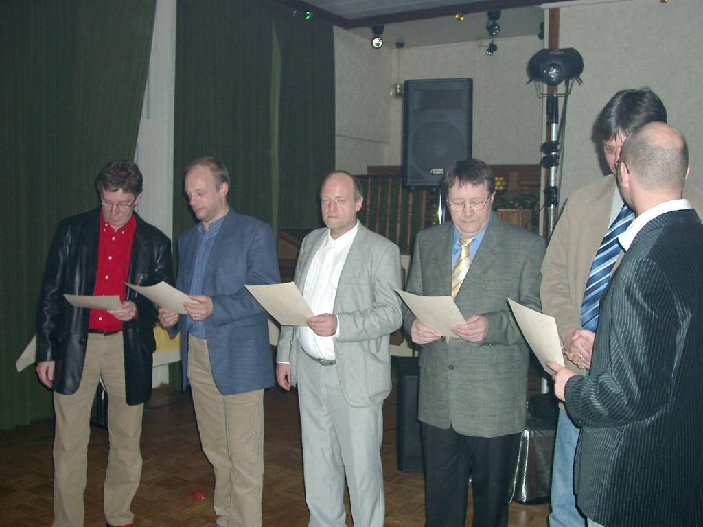 """Die """"Macher"""" der ersten Stunde: Von links: Hans Erdmann, Johann Behrends, Theo Behrends, Wilfried Freese, Werner Harms und Jochen Neiße, der die Ehrungen vornimmt"""