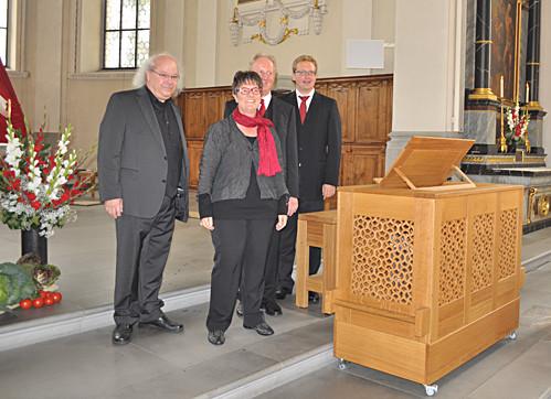 Orgelbauer Christoph Enzenhofer, Chorpräsidentin Béatrice Hutter, Organist Bernhard Loss und Kirchenmusiker Bartholomäus Prankl nach der Orgelweihe am 21. September 2014