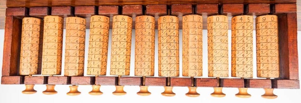 Ábaco con 11 rodillos de 8 caras cada uno (rodillos octogonales). Mide 60x19x7 cm.