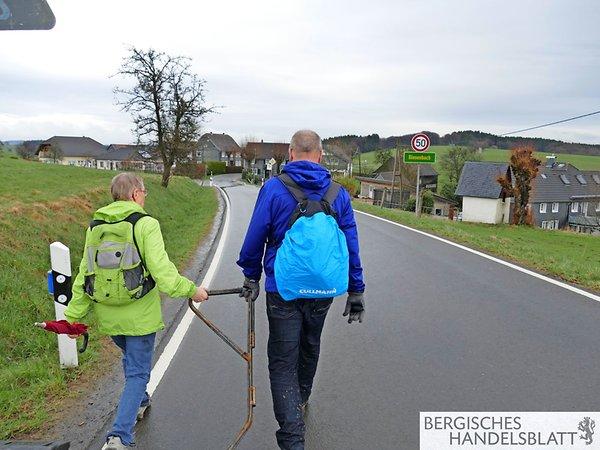 Die Gruppe passiert Biesenbach