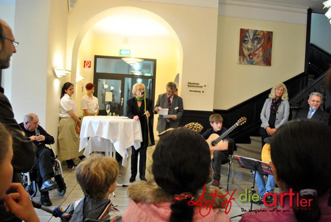 """Frau Koshofer hält gerade die Einführung von den Künstlern """"die artler"""""""