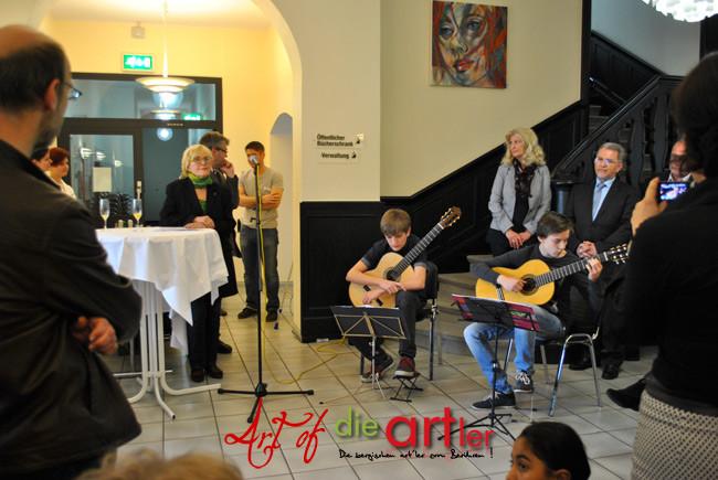 Frau Koshofer lauscht den beiden Musikern von der Max-Bruch-Musikschule