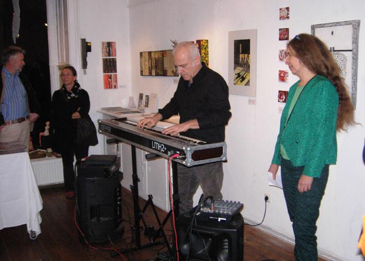 Günter Fessl am Klavier bei der Eröffnung