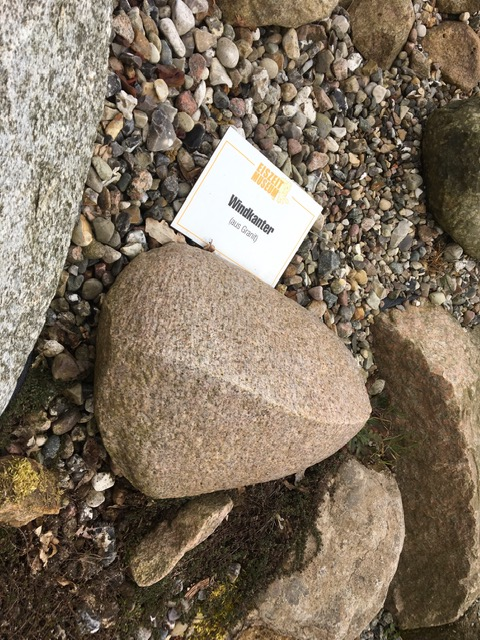 Wieviele Jahrtausende hat wohl Bildhauer*in Natur mit Wind + Sand an diesem Stein geschliffen?