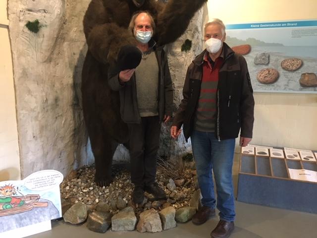 Zwei geimpfte Naturspezialisten in den Fängen des Bären.  (v. links) Henning Thiessen, Klaus Dürkop