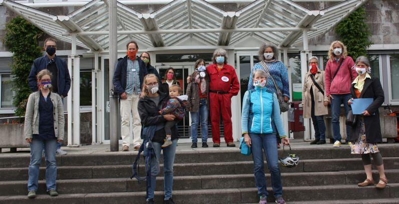 Klima-Treff nach der Übergabe der Bürgeranregung vor dem Rathaus Eitorf