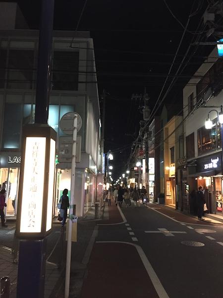 夜も落ち着きのある街灯が照らしてくれる