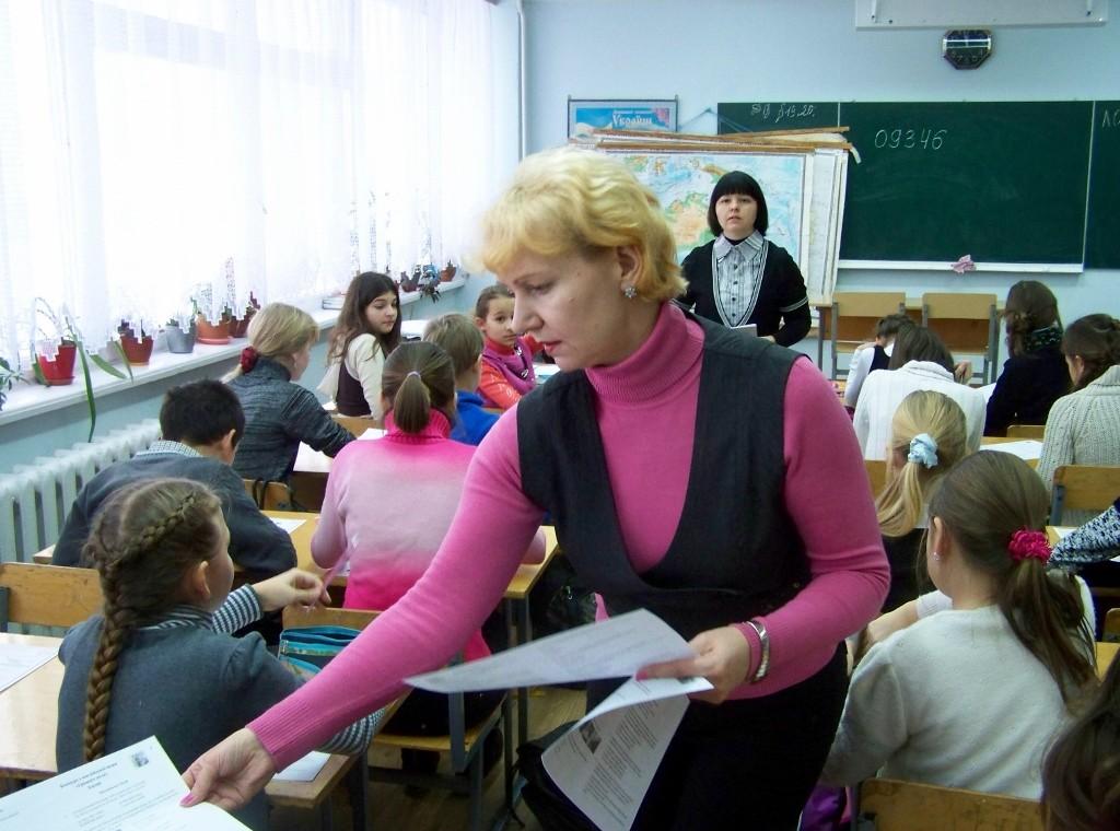 Школа № 4: Наталія Михайлівна роздає бланки