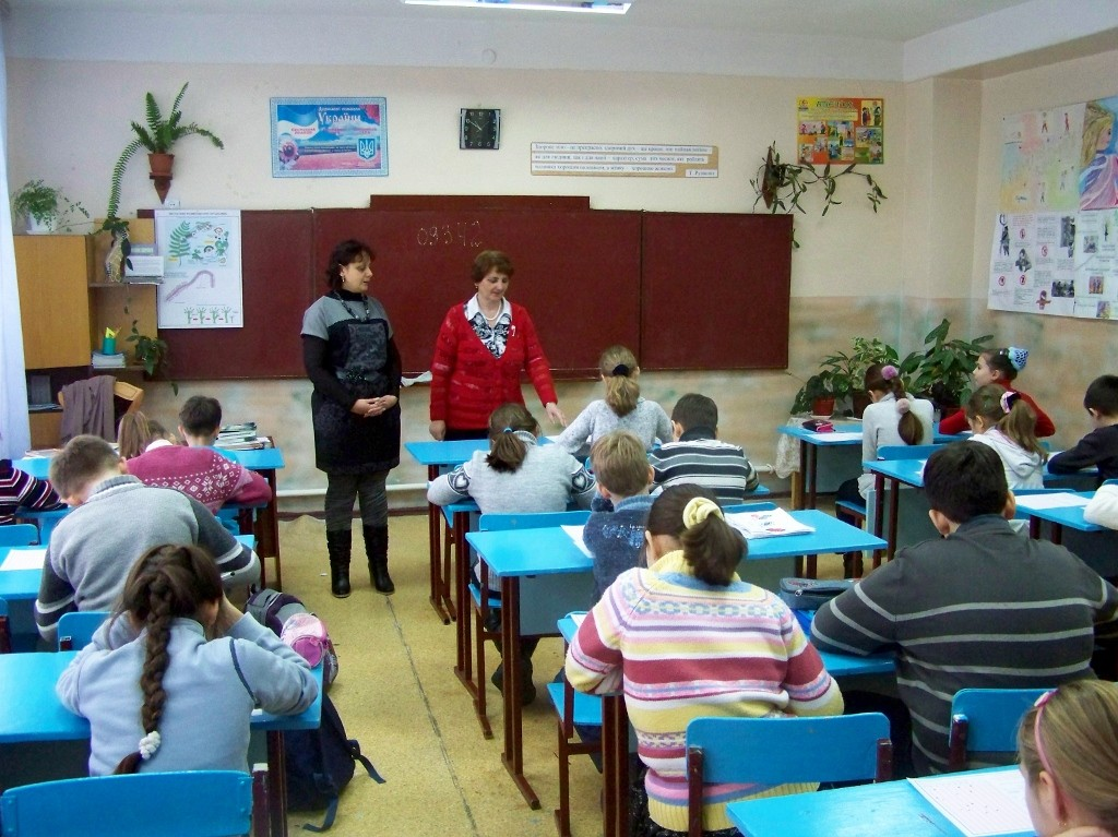 Ірина Володимирівна та Тетяна Василівна розпочинають конкурс в школі № 3