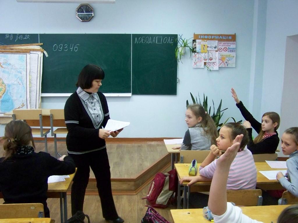 Школа № 4: Валентина Григорівна роздає бланки