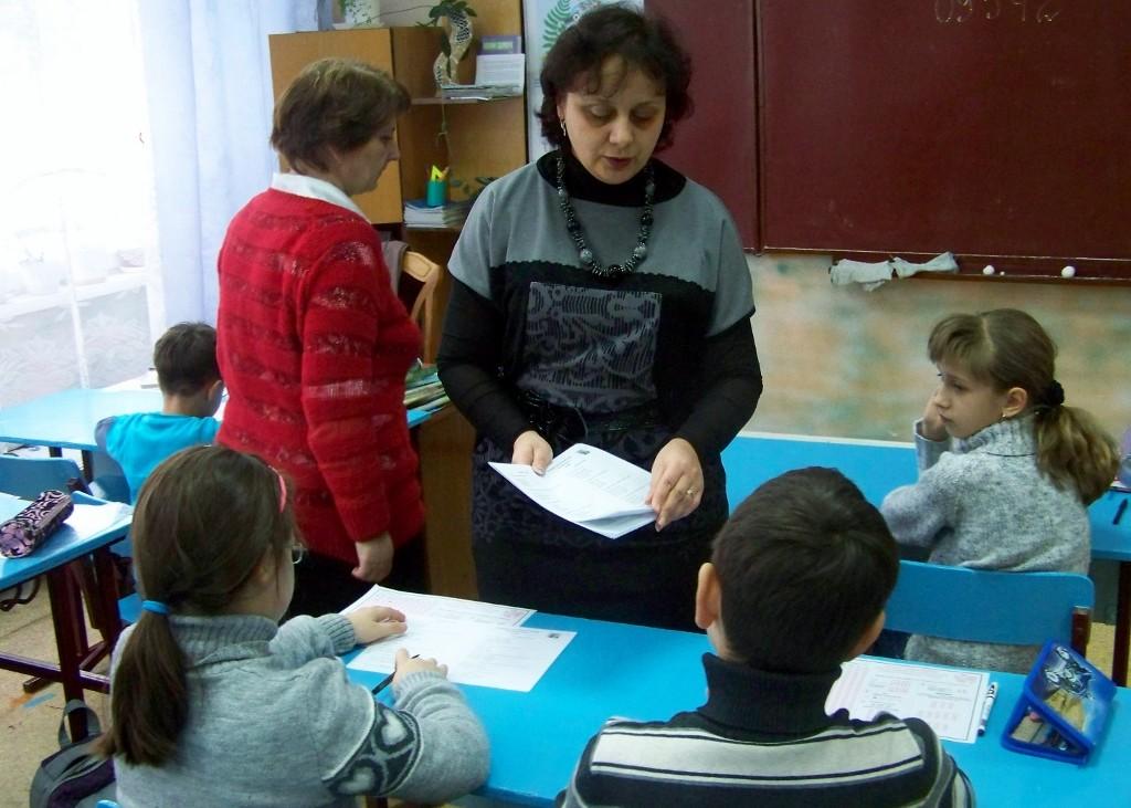 Школа № 3: діти отримують бланки із завданнями
