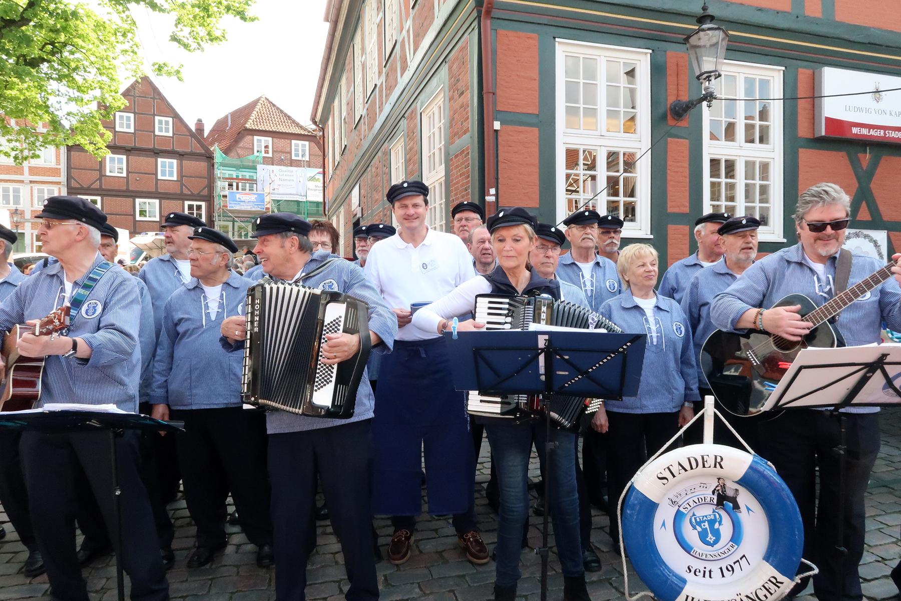 ......und Oliver Grundmann, Ehrenmitglied der Stader Hafensänger hat bei dem Lied.....