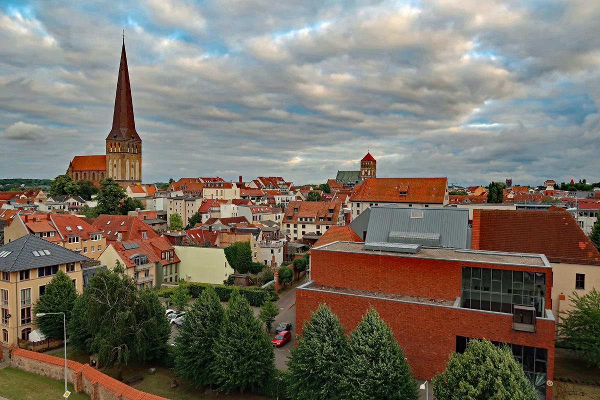 ...und die Aussicht von oben, Petriekirche (li) der Turm ist 117m hoch und rechts die Nikolaikirche, einer der ältesten noch erhaltenen Hallenkirchen im Ostseeraum...