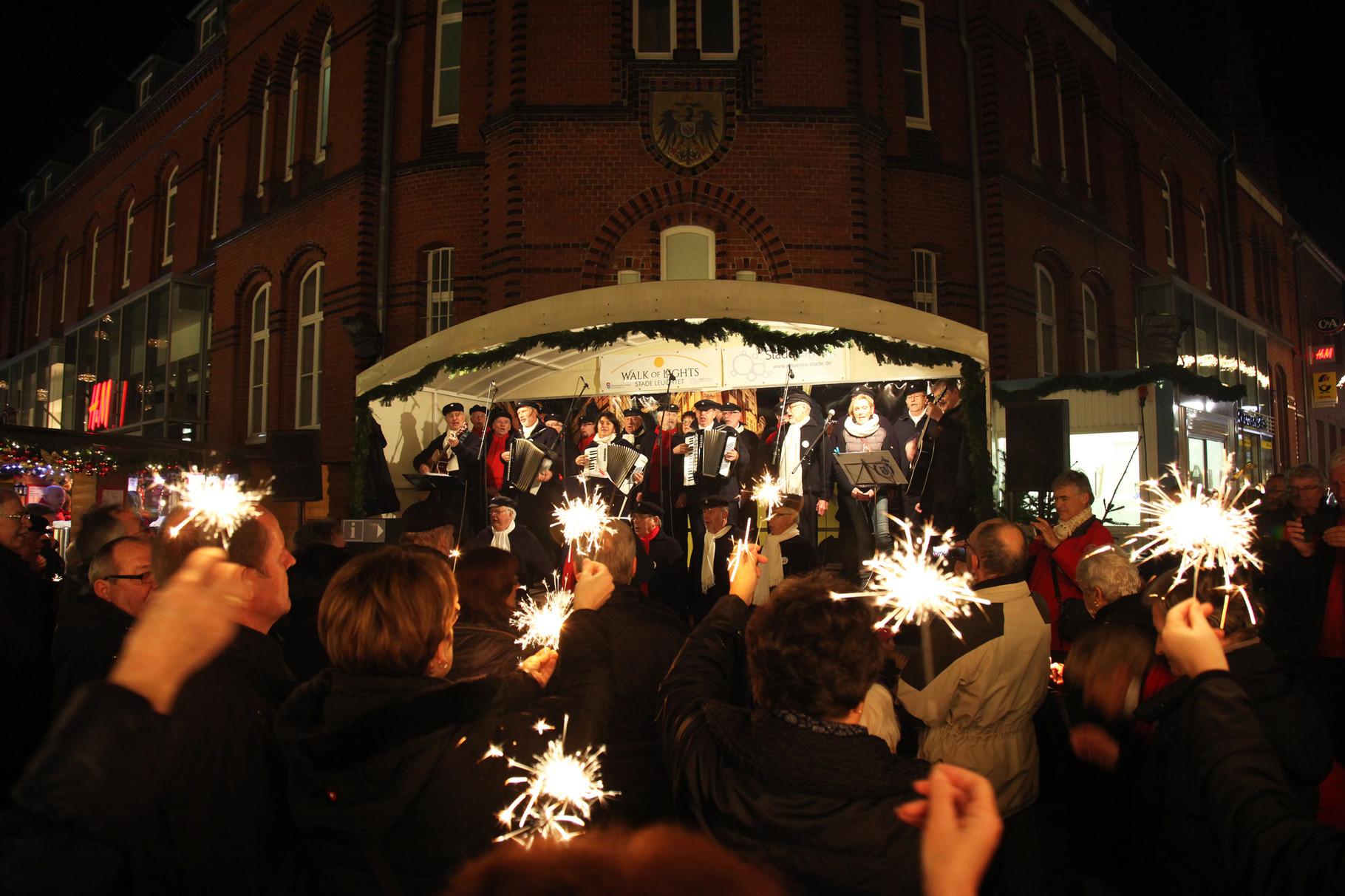 20.12.2015 -  Am vierten Advent gehört die Bühne auf dem Stader Weihnachtsmarkt traditionell den Stader Hafensängern.
