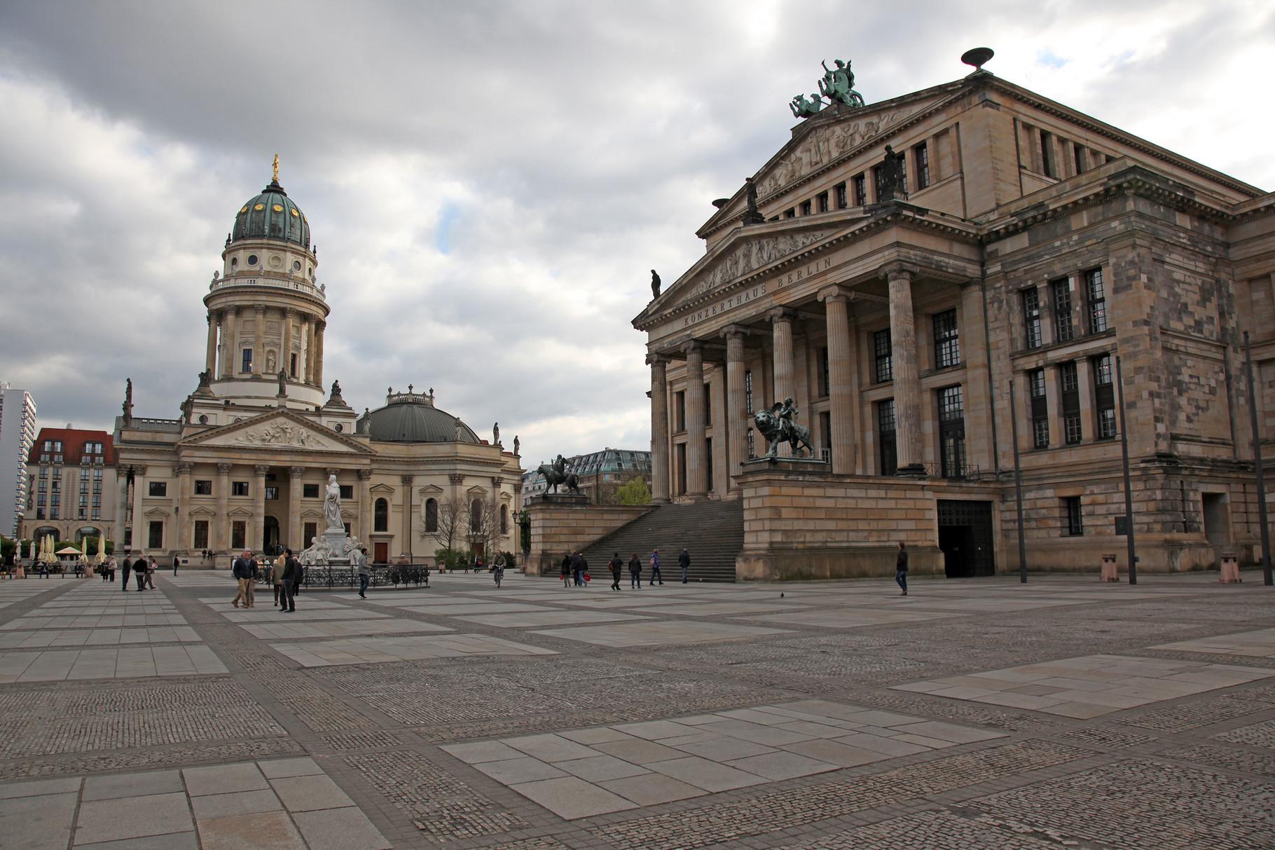 Deutscher  Dom, links. - und Konzerthaus, rechts -Gendarmenmarkt-