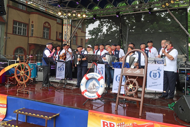 die Bürgermeisterin Nora Görke hat mitgesungen