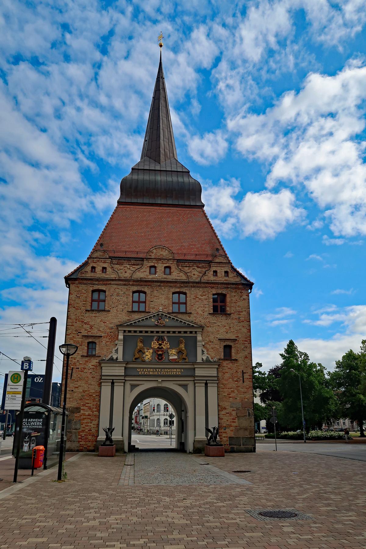 ...Das Steintor wurde im Stil der niederländischen Renaissance  (1574 - 1577) auf den des ehemals...
